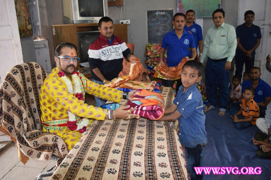 LNDYM - Bharuch Mandal dwara Balko ne Garam Dhabla Vitran
